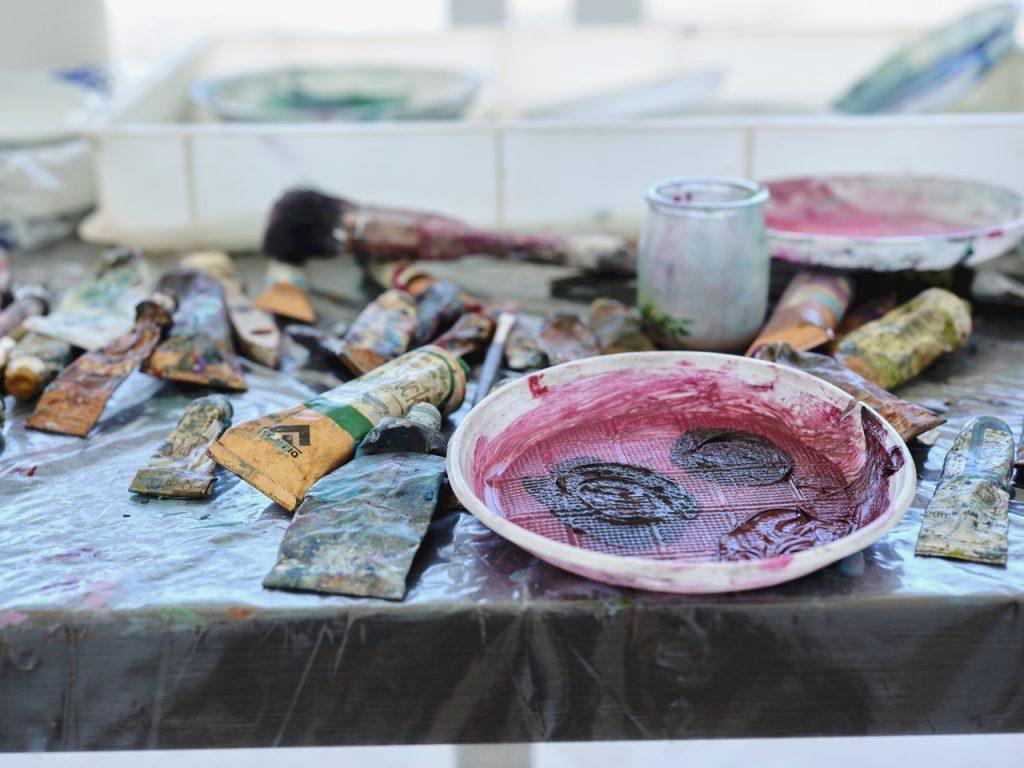 Realizzazione di quadri con colori e pennelli per il gallery bistrot